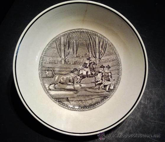 FUENTE HONDA DE LOZA. ESCENA TAURINA DE REJONEO. SELLO INCISO ILEGIBLE, QUIZÁS CARTUJA. (Antigüedades - Porcelanas y Cerámicas - San Claudio)