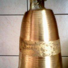 Antigüedades: PRECIOSA CAMPANA DE BRONCE HECHA A MANO.DENTRO TIENE OTRA PEQUEÑA CAMPANA,LA QUE DA EL SONIDO.. Lote 107051324