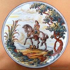 Antigüedades: EXCELENTE GRAN PLATO DE CERÁMICA DE TALAVERA. ESCENA DE MONTERIA PINTADO A MANO. 41 CMS.. Lote 39989461