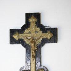 Antigüedades: CRUCIFIJO DE BRONCE SOBRE MADERA - FINALES DEL S.XIX. Lote 39970682