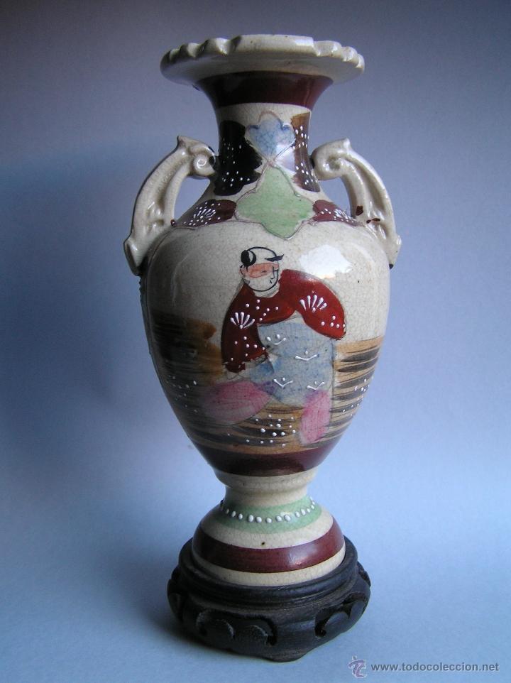 JARRÓN SATSUMA DECORADO A MANO CON BASE DE MADERA TALLADA. AÑOS 30. (Antigüedades - Porcelana y Cerámica - Japón)