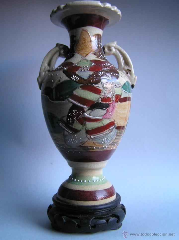 Antigüedades: JARRÓN SATSUMA DECORADO A MANO CON BASE DE MADERA TALLADA. AÑOS 30. - Foto 5 - 40070968