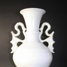 Antigüedades: GRAN JARRÓN ESPAÑOL EN LOZA BLANCA CON ASAS - SIGLO XIX. Lote 40085015