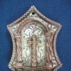 Antigüedades: ANTIGUA BENDITERA F. DEL XIX P. DEL XX EN CERAMICA DE REFLEJOS DE MANISES. Lote 40113144