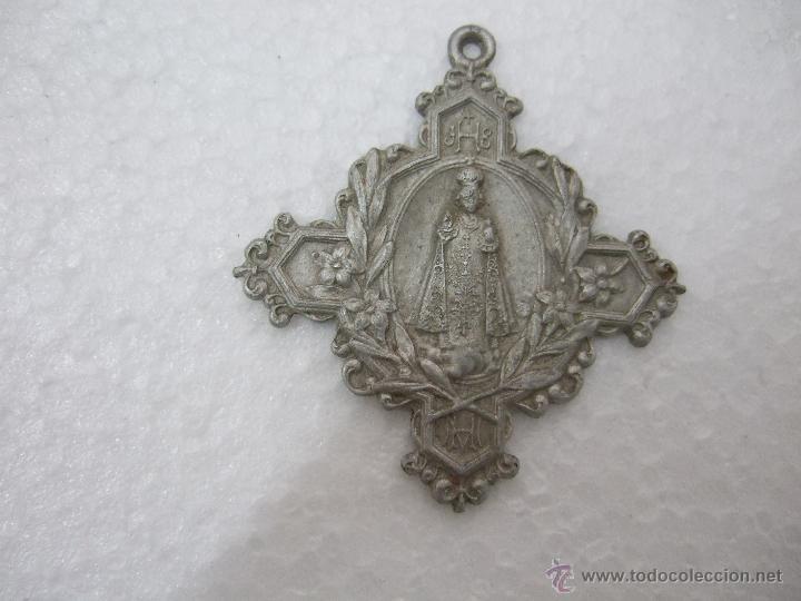 MEDALLA EN FORMA DE CRUZ - CON EL NIÑO JESUS DE PRAGA ADORNOS FLORALES - INSCRIPCION JHS HM - 5,3X5 (Antigüedades - Religiosas - Medallas Antiguas)