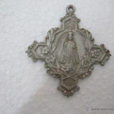 Antigüedades: MEDALLA EN FORMA DE CRUZ - CON EL NIÑO JESUS DE PRAGA ADORNOS FLORALES - INSCRIPCION JHS HM - 5,3X5. Lote 58548793