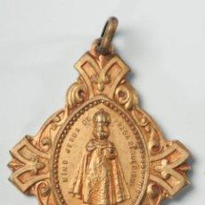 Antigüedades: MEDALLA EN BRONCE NIÑO JESUS DE PRAGA. Lote 40120707