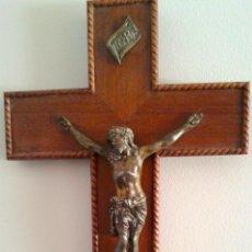 Antigüedades: MAGNIFICO CRISTO CRUCIFICADO EN LA CRUZ, EN MADERA DE CAOBA,REBITEADO, BORDES CON MADERA TORNEADA. Lote 40155042