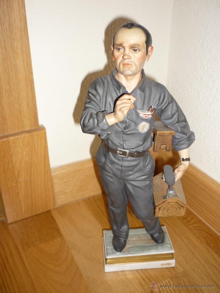 SENSACIONAL FIGURA PORCELANA ALGORA LIMPIA ZAPATOS PROFESIONES NUEVA FABRICA LIMITADA Nº 334 DIFIC (Antigüedades - Porcelanas y Cerámicas - Algora)