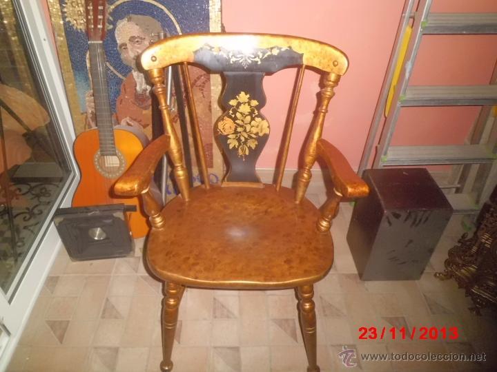 SILLON DE MADERA PINTDO EN ORO ENVEJECIDO CON LA PEINETA EN COLOR NEGRO DECORADA. (Antigüedades - Muebles Antiguos - Sillones Antiguos)