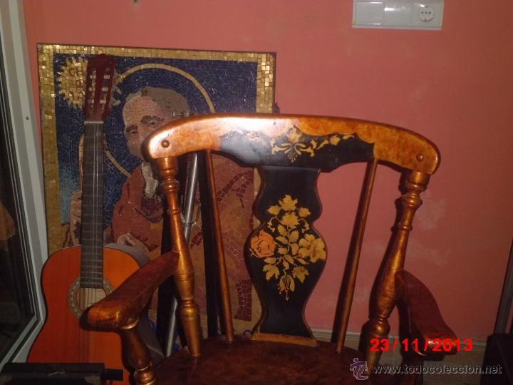 Antigüedades: SILLON DE MADERA PINTDO EN ORO ENVEJECIDO CON LA PEINETA EN COLOR NEGRO DECORADA. - Foto 2 - 40183751