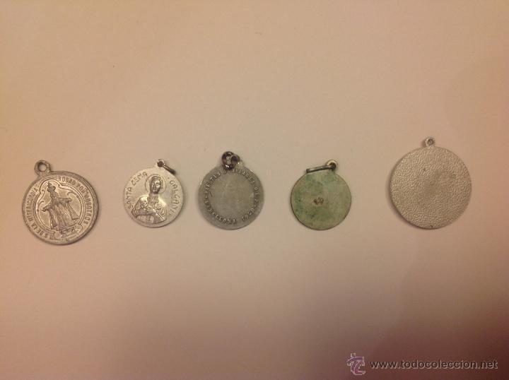 Antigüedades: Lote de 5 medallas religiosas antiguas desconocidas - Foto 2 - 40304441