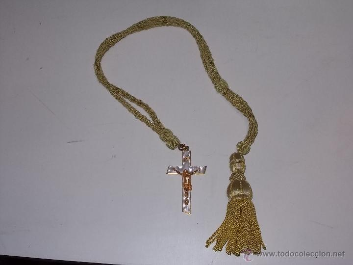 ANTIGUO CRUCIFIJO EN NACAR CON CORDÓN PARA PRIMERA COMUNIÓN MIDE 50 CM. EL CORDÓN. (Antigüedades - Religiosas - Crucifijos Antiguos)