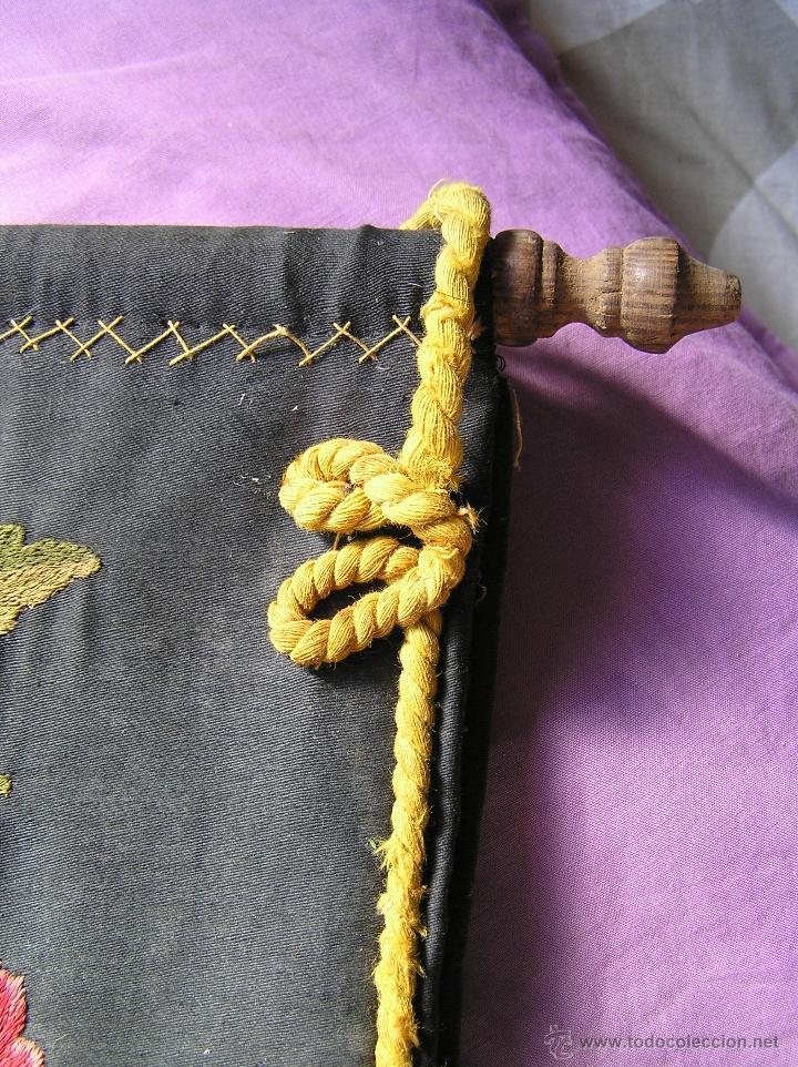 Antigüedades: Bonito y muy antiguo revistero. Bordado a mano. - Foto 7 - 40370894
