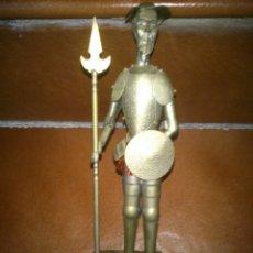 Antigüedades: ANTIGUA FIGURA ARTESANAL EN METAL DON QUIJOTE CON LANZA Y ESCUDO.SOBRE BASE DE MADERA . Lote 40392306