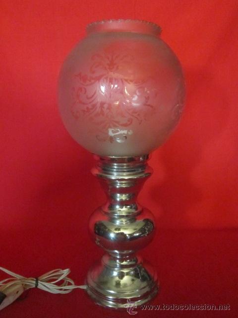 PAREJA DE LÁMPARAS DE SOBREMESA CON PIE PLATEADO. (Antigüedades - Iluminación - Lámparas Antiguas)