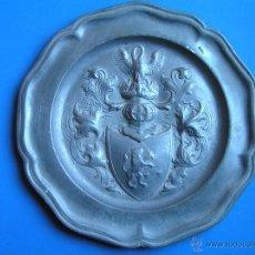 Antigüedades: PLATO DE PELTRE HERÁLDICO. MUY ANTIGUO. S. XIX. MUY INTERESANTE PLATO DE PELTRE DE CORADO . Lote 40482600