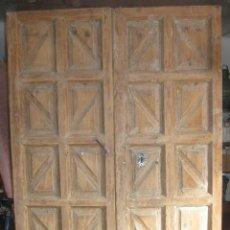Antigüedades: PUERTA DE MADERA DE DOS HOJAS DE CUARTERONES ANTIGUA - BUEN TRABAJO ARTESANO. Lote 40501299