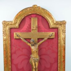 Antigüedades: CRISTO DE MADERA ISABELINO, S.XIX. TAMAÑO CRUZ: 39X25 CM. MARCO MADERA: 55X39 CM.. Lote 40590787