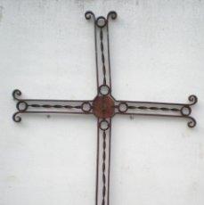 Antigüedades: ANTIGUA CRUZ FUNERARIA CALADA, DE HIERRO FORJADO, ALTURA: 1,34 MT. X 83 CM. ANCHO X 2,5 CM. FONDO. Lote 40597811