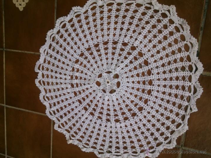 Antigüedades: LOTE DE cuatro piezas de GANCHILLO tapetes realizados a mano para mesa camilla - Foto 3 - 40602438