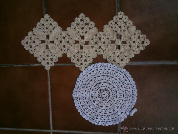 Antigüedades: LOTE DE cuatro piezas de GANCHILLO tapetes realizados a mano para mesa camilla - Foto 4 - 40602438