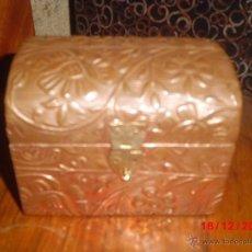 Antigüedades: COFRE CAJITA DE MADERA FORRADO EN COBRE REPUJADO . Lote 40622140