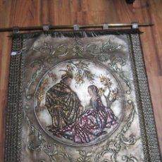 Antigüedades: CORDOBAN - ESCENA MEDIEVAL EN CUERO REPUJADO PINTADO A MANO. CON BARRA DE BRONCE PARA COLGAR.. Lote 40650689