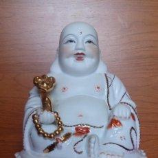 Antigüedades: MAGNIFICA FIGURA DE HOTEI O BUDA SONRIENTE EN PORCELANA CHINA MATE Y ESMALTE CON DETALLES EN ORO. Lote 40669483