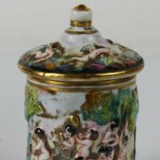 Antigüedades: BOMBONERA ESTILO CAPODIMONTE - SIGLO XIX - MARCAS EN LA BASE. Lote 117681992