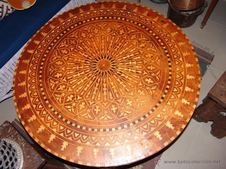 IMPRESIONANTE MESA ESTILO MORUNO CON MARQUETERÍA (Antigüedades - Muebles Antiguos - Mesas Antiguas)