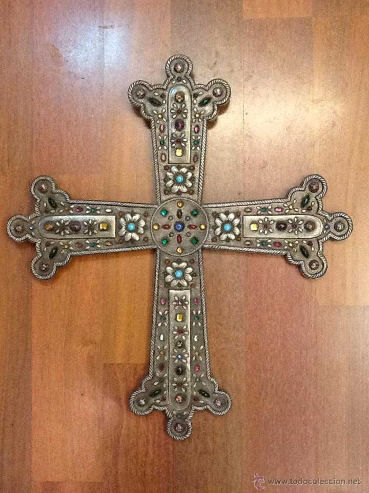 LIQUIDACION CRUZ REPUJADA EN ESTAÑO DE UNA PIEZA CON PEDRERIA. PIEZA ÚNICA. AÑO 1960. (Antigüedades - Religiosas - Cruces Antiguas)