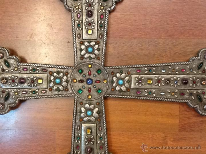 Antigüedades: Liquidacion Cruz repujada en estaño de una pieza con pedreria. Pieza única. Año 1960. - Foto 2 - 40740199