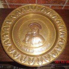 Antigüedades: PLATO DE LATON REPUJADO ANTIGUO. . Lote 40772105