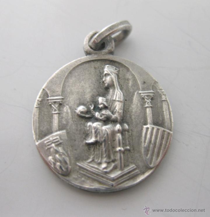 ANTIGUA MEDALLA EN PLATA DE LA VIRGEN DE MONTSERRAT (LA MORENETA); AL DORSO: SAGRADO CORAZÓN, S. XIX (Antigüedades - Religiosas - Medallas Antiguas)