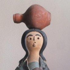 Antigüedades: FIGURA NAIF DE MUJER CON CÁNTARO Y CESTA FIRMADA POR RAFAEL ORTEGA 1984. Lote 90770182