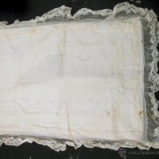 Antigüedades: MANTA O SIMILAR PARA NIÑO CON ENCAJE DE BOLILLOS. Lote 40857406