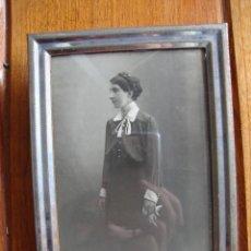 Antigüedades: MARCO PORTAFOTOS CON FOTO DE TARJETA POSTAL DE 1940. FOTO DE 1880 CON CRISTAL. Lote 40868706