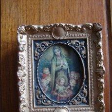 Antigüedades: MARCO PORTAFOTOS PEQUEÑO BARROCO CON IMAGEN RELIGIOSA VIRGEN MARIA Y NIÑO JESUS DE 1956. Lote 40868797