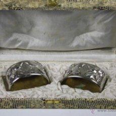Antigüedades: JUEGO DE SERVILLETEROS EN ALPACA PLATEADA, DE FINALES S. XIX, BELLAMENTE CINCELADOS, INICIALES CE-JM. Lote 40875451