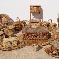 Antigüedades: ANTIGUO LOTE TODO EN MIMBRE: SILLONES, CESTAS, COSTURERO, MALETAS, BANDEJAS, ETC.... Lote 40904061