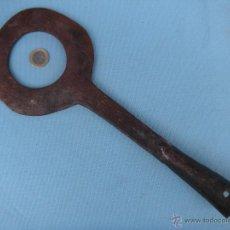 Antigüedades: ANTIGUO HIERRO FORJADO DE HERRADOR CON MARCAS. FORJA.. Lote 40939568