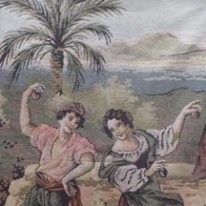 Antigüedades: TAPIZ ANTIGUO DE PERSONAJES BAILANDO UN BAILE CON CASTAÑUELAS EN PAISAJE DE PALMERA. Lote 41015919