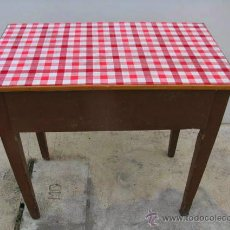 Antigüedades - Antigua mesa auxiliar de cocina de madera con cajón central, el sobre está forrado. - 41019978