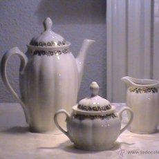 Antigüedades: JUEGO DE CAFÉ PORCELANA SANTA CLARA CON CENEFA FLORAL DORADA. Lote 41034061