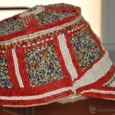 Antigüedades: ANTIGUO Y ORIGINAL GORRO DEL TIBET NEPAL CON CRISTALES DE COLOR Y CORAL. Lote 41065292