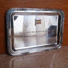 Antigüedades: ANTIGUA BANDEJA DE PLATA DE LEY CON BANDERA ESPAÑOLA EN RELIEVE, JEFE MANDO ESCOLTAS ( 248 GRAMOS ).. Lote 60027405