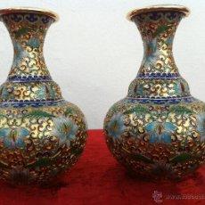 Antigüedades: ANTIGUA PAREJA DE JARRONES ORIENTALES EN ESMALTE CLOISSONE CON MOTIVOS FLORALES. Lote 41099175