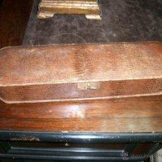 Antigüedades: ORIGINAL Y BONITO COSTURERO ANTIGUO EN PIEL, FORRADO SU INTERIOR EN RASO. SIGLO XX.CA9. Lote 41126199