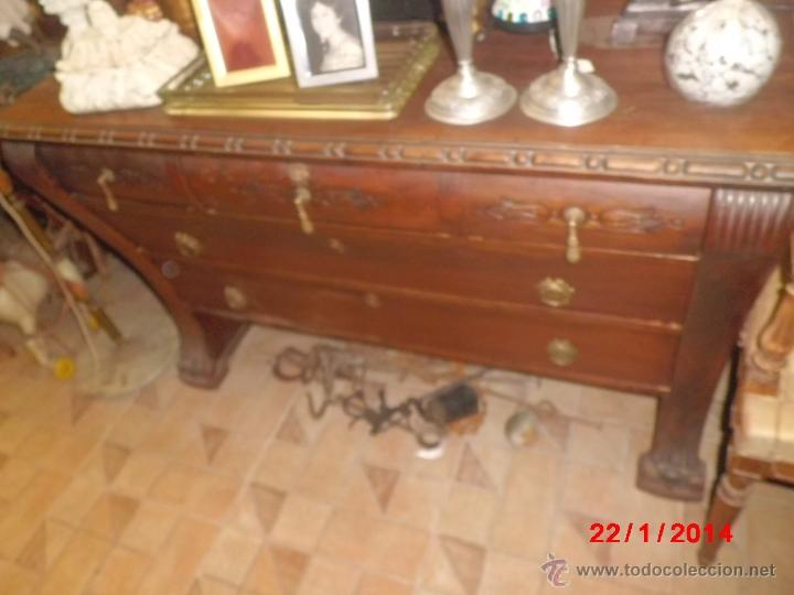 ANTIGUA COMODA DE MADERA TALLADA CON PATAS DE GARRA DE LEON (Antigüedades - Muebles - Cómodas Antiguas)